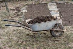 Pila de abono del caballo en jard?n - cultivo y trabajo del jard?n fotos de archivo