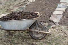 Pila de abono del caballo en jard?n - cultivo y trabajo del jard?n imágenes de archivo libres de regalías