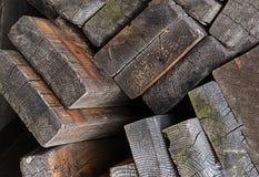 Pila de adornamiento bajo de madera material resistido de la construcción del tema del diseño de los viejos tableros Foto de archivo libre de regalías