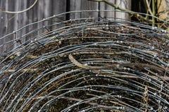 Pila de alambre de púas oxidado y nuevo viejo fotos de archivo libres de regalías