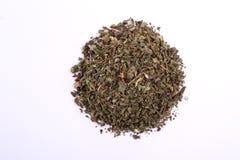 Pila de albahaca seca Propósito superior de un aderezo de las hierbas de la porción aislado fotografía de archivo