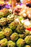 Pila de alcachofas verdes en el mercado del boqueria en Barcelona Fotos de archivo