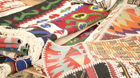 Pila de alfombras hechas a mano hermosas en el bazar del mercado libre Diseño tradicional turco Fotografía de archivo