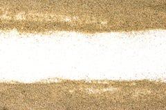 Pila de arena de una playa o un desierto en una parte posterior del blanco Imagen de archivo