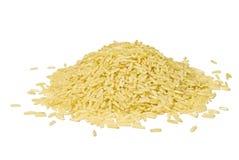 Pila de arroz largo marrón aislado sobre blanco Imagen de archivo libre de regalías