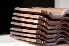 Pila de azulejos de azotea fotos de archivo libres de regalías