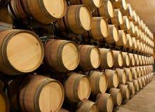 Pila de barriles de vino del roble Foto de archivo