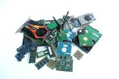 Pila de basura electrónica de la pieza del hardware aislada en blanco fotografía de archivo