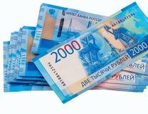 Pila de billetes de banco rusos 2000 rublos Aislado en el fondo blanco imágenes de archivo libres de regalías