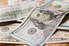Pila de 100 billetes de banco del dólar Imagen de archivo libre de regalías