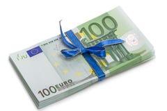Pila de 100 billetes de banco euro con una cinta azul Foto de archivo