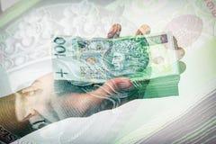 Pila de billetes de banco polacos a disposición Foto de archivo libre de regalías