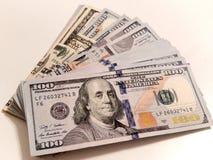 Pila de billetes de dólar del nuevo ciento Imágenes de archivo libres de regalías