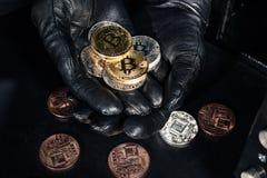 Pila de bitcoin en manos del ladrón imagen de archivo libre de regalías