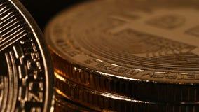 Pila de bitcoin de oro almacen de video