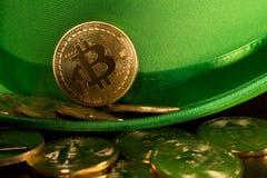 Pila de bitcoins dentro del día verde del St Patricks del sombrero Imagen de archivo