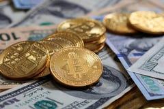 Pila de Bitcoins en fondo de los billetes de banco del dólar Imagen de archivo