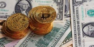 Pila de Bitcoins en fondo de los billetes de banco del dólar Fotos de archivo