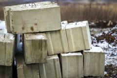 Pila de bloques de cemento para la fundación en emplazamiento de la obra Ferrohormigón reforzado con los bloques del metal Imagenes de archivo