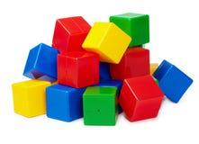 Pila de bloques coloreados del juguete en blanco Imagenes de archivo