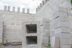 Pila de bloques del cemento en el emplazamiento de la obra Foto de archivo libre de regalías
