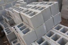 Pila de bloques del cemento en el emplazamiento de la obra fondo de los bloques de escoria Imagen de archivo