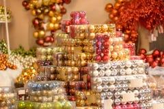 Pila de bolas brillantes de la Navidad en cajas Fotografía de archivo
