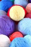 Pila de bolas coloridas de lanas fotografía de archivo