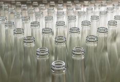 Pila de botellas de cristal transparentes vacías Fotos de archivo