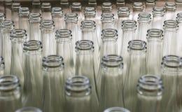 Pila de botellas de cristal transparentes vacías Foto de archivo libre de regalías