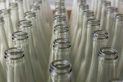 Pila de botellas de cristal transparentes vacías Imagen de archivo libre de regalías