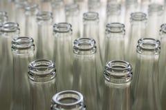 Pila de botellas de cristal transparentes vacías Fotos de archivo libres de regalías