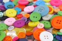 Pila de botones brillantemente coloreados de la mercería Foto de archivo libre de regalías