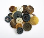 Pila de botones coloridos clasificados aislados en blanco Imagenes de archivo