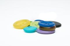 Pila de botones plásticos de costura coloridos en el fondo blanco Foto de archivo libre de regalías