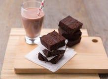 Pila de brownie con chocolate caliente Imagenes de archivo