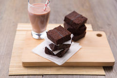 Pila de brownie con chocolate caliente Foto de archivo libre de regalías