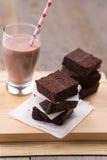 Pila de brownie con chocolate caliente Fotos de archivo libres de regalías