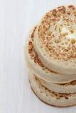 Pila de buñuelos calientes con mantequilla derretida Foto de archivo libre de regalías