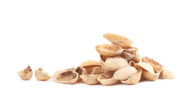Pila de cáscaras múltiples del pistacho aisladas Foto de archivo