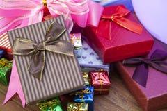 Pila de caja de regalo que miente en el uso de madera superior de la tabla para el festival del regalo Fotografía de archivo libre de regalías