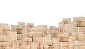 Pila de caja del paquete postal, aislada en el fondo blanco Imagen de archivo