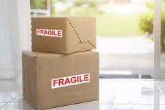 Pila de cajas de cartón marrones, de servicio frágil de la caja, rápido y confiable Concepto de la entrega y del embalaje foto de archivo libre de regalías