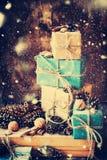 Pila de cajas con el cordón de lino, nueces del día de fiesta Nieve exhausta Imagenes de archivo