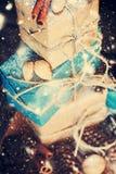 Pila de cajas con el cordón, nueces del día de fiesta Nieve exhausta Imagen de archivo libre de regalías