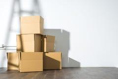 Pila de cajas de cartón en el fondo blanco con la sombra de la escalera fotos de archivo libres de regalías