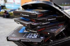 Pila de cajas de Pizza Hut en un compartimiento de los desperdicios Foto de archivo libre de regalías