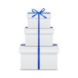 Pila de cajas de regalo blancas con la cinta azul y el arco Fotografía de archivo libre de regalías