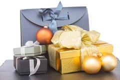 Pila de cajas de regalo con las decoraciones de la Navidad Imagen de archivo libre de regalías