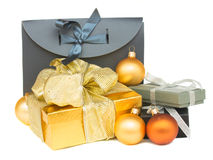 Pila de cajas de regalo con las decoraciones de la Navidad Imagen de archivo